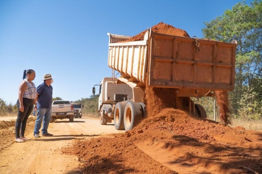 Prefeita Jakeline pereira, o Vice-Prefeito Jaime Soares, inspecionando o trabalho feito nas estradas rurais