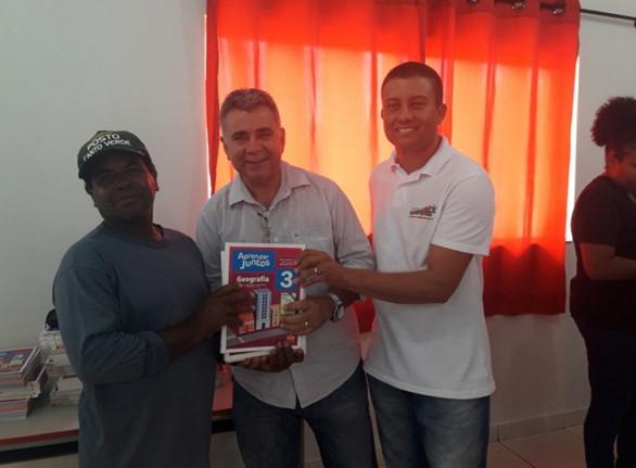 Entrega dos livros didáticos ,  do ano corrente, aos pais e alunos da Escola Municipal Profª Edileusa Barbosa da Silva Santos.
