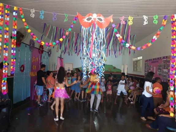 A Secretaria Municipal de Ass. Social promove folia de carnaval no SCFV.